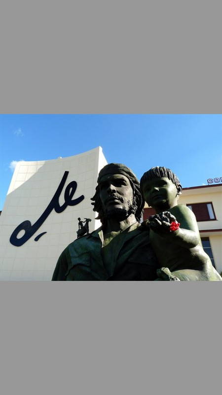 Statue of Che Guerava holding child